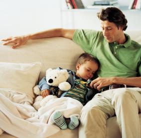 Pai com criança a dormir